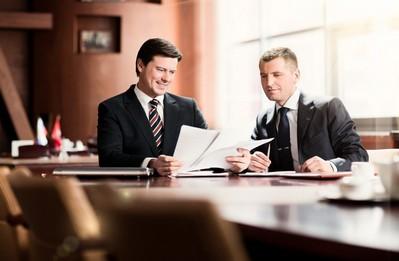 Право на собственность у нового владельца возникает после регистрации документа соглашения в специальных правительственных инстанциях. Наличие записи в Едином государственном реестре прав на недвижимое имущество дает покупателю все права на владение жилой площадью.